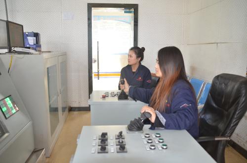 山阳煤矿副井绞车房里,绞车司机王娟与叶娟正在认真的操作着绞车图片