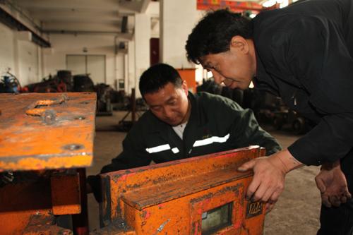 进行逐一登记,然后深入井下采煤工作面,对照综掘机认真研究各个部件