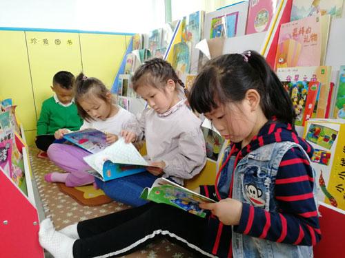 阳光幼儿园开展保护地球主题实践活动和世界读书日活动