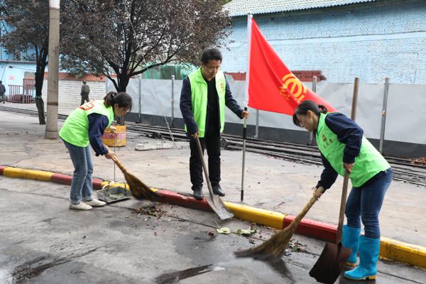 """董矿分公司开展""""向祖国献礼 志愿者在行动""""环保攻坚战活动"""